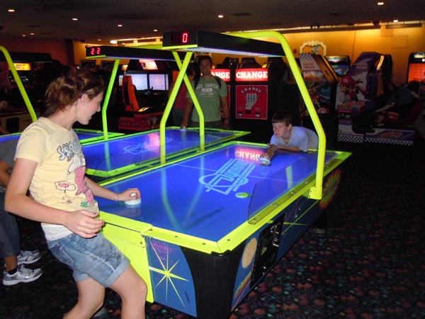 Где поиграть в аэрохоккей и автоматы игровые автоматы бесплатно фараон онлайн